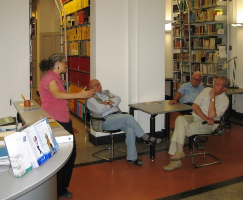 Aufmerksame Zuhörer bei den Erläuterungen der Bibliotheksleiterin