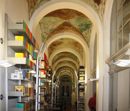 Ein Blick in die Bibliothek des Museums für Kommunikation Berlin