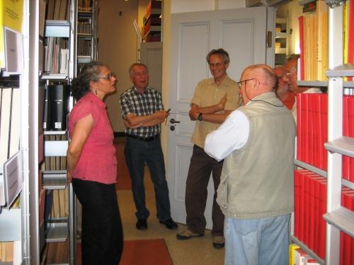 Frau Loest erläutert die Systematik der Bibliothek