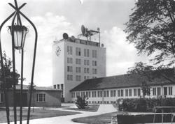 Ende 1949 begann man in der DDR mit dem Aufbau eines Fernsehzentrums in Berlin-Adlershof. Kurz vor Weihnachten 1950 wurden von dort die ersten Versuchssendungen ausgestrahlt