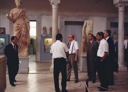 In Tunesien steht für Minister Bötsch und seine Begleiter ein Museumsbesuch auf dem Programm, 1996 Foto: Christian Dalchow