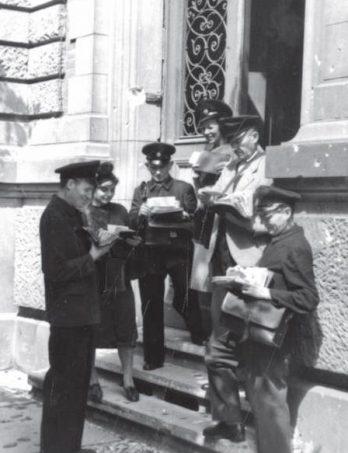 Als wäre alles wie früher, doch der Schein trügt: Zusteller der Deutschen Post in Dienstkleidung verlassen das Postamt Berlin-Charlottenburg 2