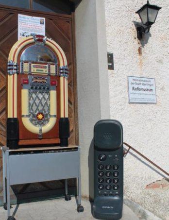 Einladende Objekte signalisieren den Besucherinnen und Besuchern am Eingang des Museumsgebäudes an der Fèrestraße die Themen, die im Gebäude präsentiert werden Foto: Günter Stauch