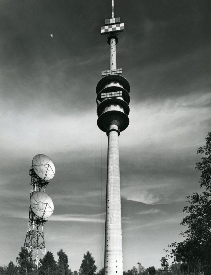 Der Fernmeldeturm auf dem Schäferberg im Jahr seiner Einweihung (1964). Unterhalb der Spitze sind die Richtfunk-Antennenfelder für den TV-Programmaustausch zwischen Berlin und dem Bundesgebiet bereits in Betrieb