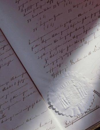 Am 28. Januar 1867 wurde in Berlin der Postabtretungsvertrag unterzeichnet, der bestimmte, dass die Thurn-und-Taxis-Post zum 1. Juli 1867 vom Staat Preußen übernommen wurde. Die Fotografie zeigt die Ratifizierungsurkunde vom 16. Februar des Jahres, die sich im Archiv in Regensburg befindet