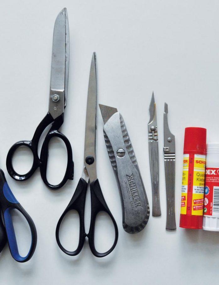 Schere, Skalpell und Klebestift gehören auch für den Amateursammler zur Grundausstattung