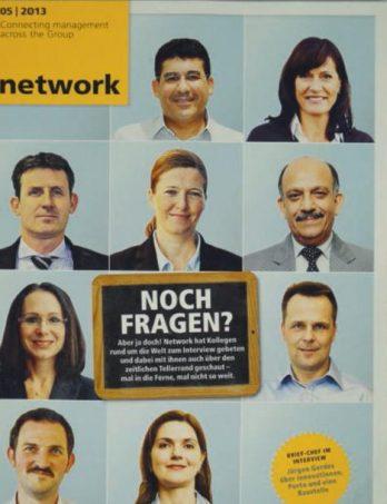 Katja Busch (oben rechts) auf dem Cover der Unternehmenszeitschrift der Deutsche Post DHL Group im Kreis einiger Kolleginnen und Kollegen aus dem Management