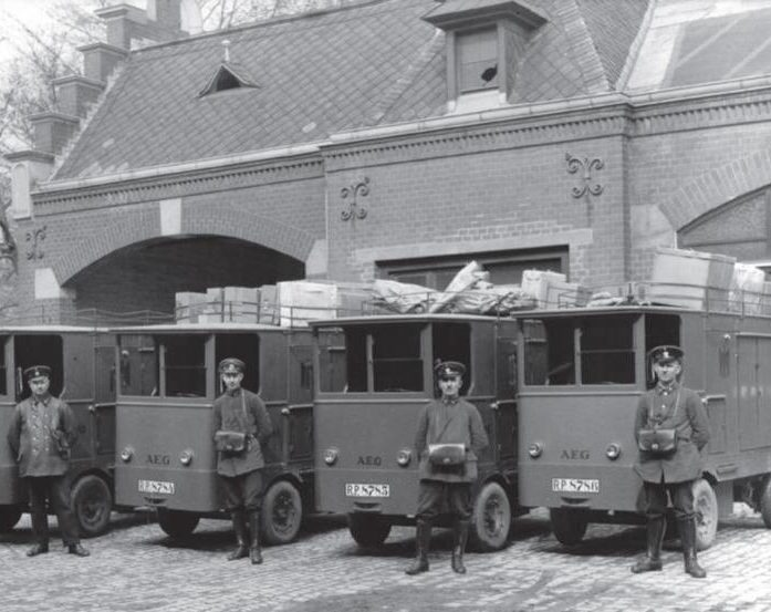"""In riesigem Umfang wurden mit der """"Verkraftung"""" bei der Reichspost Pferdegespanne durch Zustellfahrzeuge ersetzt; auf dem Foto von 1929 zeigen sich die Paketzusteller stolz mit ihren Elektrokarren"""