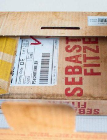 Das Buch Das Paket kommt als Paket: Mit dem Ende einer Story gehen dem Autor die Ideen nicht aus, er hat noch Kapazität für Marketing-Ideen. Foto: Bert Bostelmann