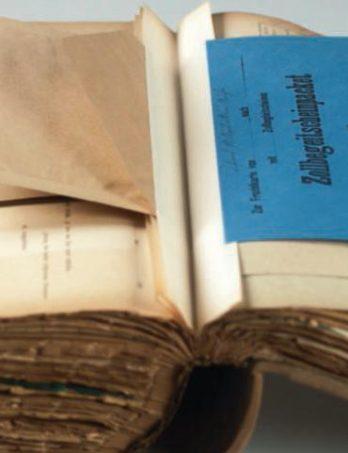 Der überwiegende Teil der Formblattsammlung sind DIN-A4-große Vorlagen, aber auch Umschläge und Klebezettel gehören zur Formularsammlung Foto: Bert Bostelmann