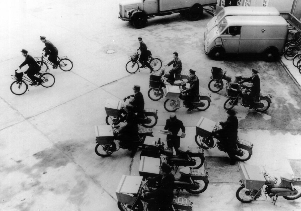 Zustellung mit dem Zweirad, motorisiert und nicht motorisiert, Berlin, 1950er-Jahre