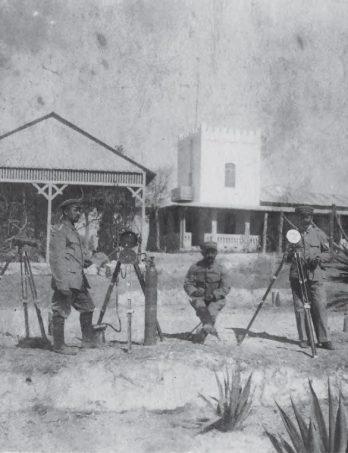 Die Ausrüstung: Heliograf, Signallampe und Fernrohr; die große Gasflasche neben der Lampe enthält den Sauerstoff für das Gasgemisch, um 1906